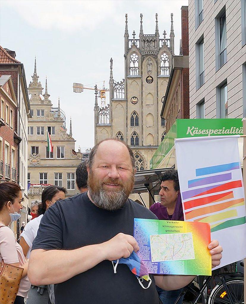 Werner Szybalski wirbt vor dem Rathaus für eine immisionsarme Innenstadt und klimagerechte Mobilität in Münster. (Foto: Lothar Hill)