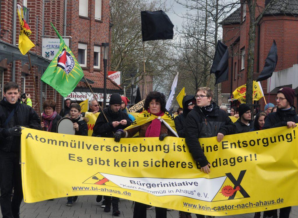 Brigitte Hornstein (Mitte), Direktkandidatin der Münster Liste – bunt und international in Herz-Jesu, bei einer Anti-AKW-Demo in Ahaus. (Foto: Werner Szybalski)